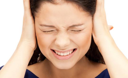 При отите тиканье в ушах сопровождается острой болью