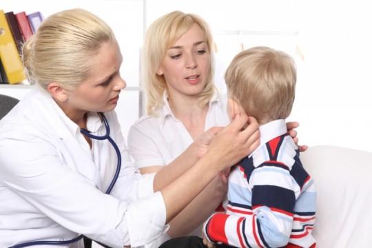 Трещины за ушами могут появиться у детей различного возраста