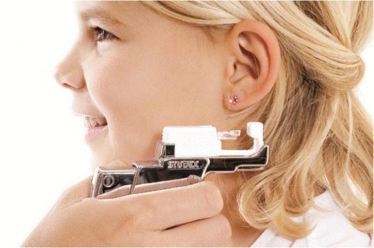 Уши прокалывать необходимо у сертифицированного специалиста