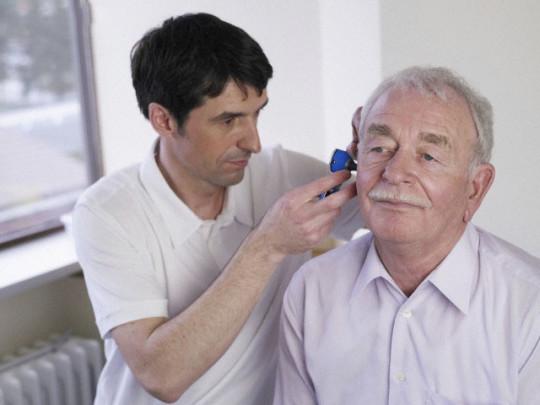 Стук в ушах может возникнуть при возрастных изменениях