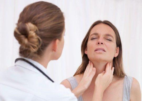 Причиной болей в горле и ушах может быть дифтерит