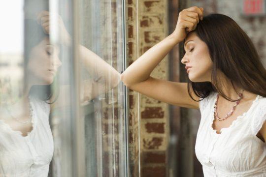 Слуховые галлюцинации приводят человека к депрессии и дезоориентации