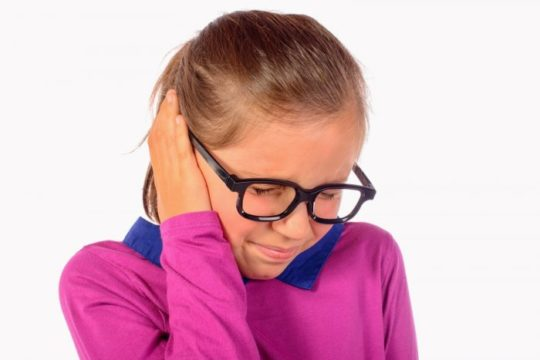 Если отит перешел в гнойную стадию, запрещены любые виды прогревания уха