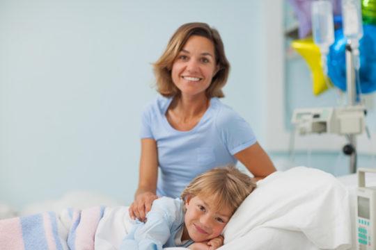 При запущенном отите или при неправильном лечении ребенка направляют на лечение в стационар
