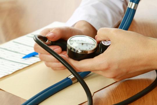 Повышенное артериальное давление может являться причиной снижния слуха