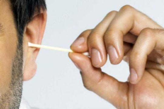 Как правильно чистить уши