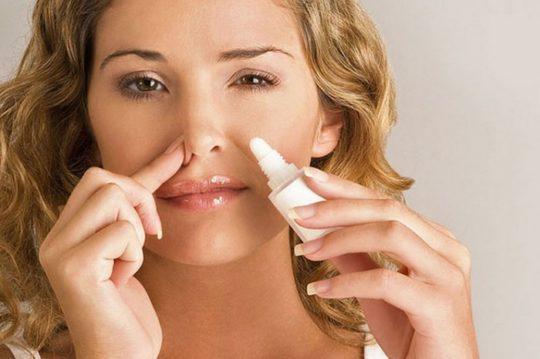 Отек помогут снять сосудосуживающие капли в нос