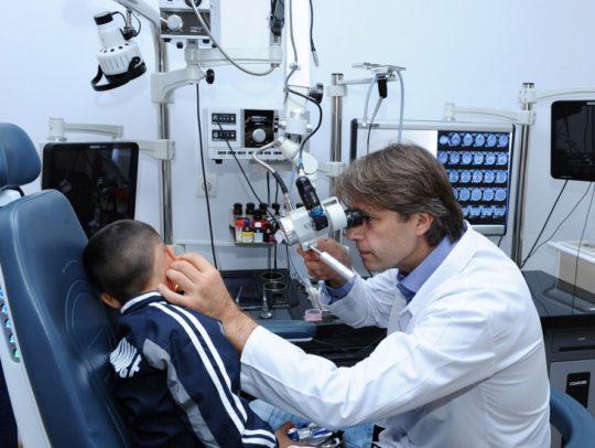 Отохирург проводит полное обследование перед операцией