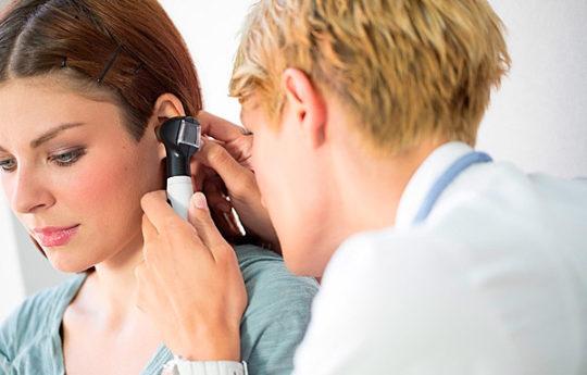 Осмотр отоларингологом при подозрении невриномы слухового нерва