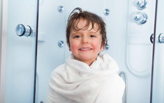 При купании ребенка закладывайте ушной проход ватой