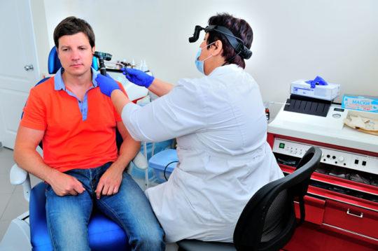 ЛОР назначит лечение при снижении слуха