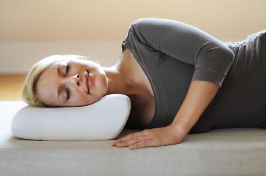 При шейном остеохондрозе ортопедическая подушка способна принести облегчение