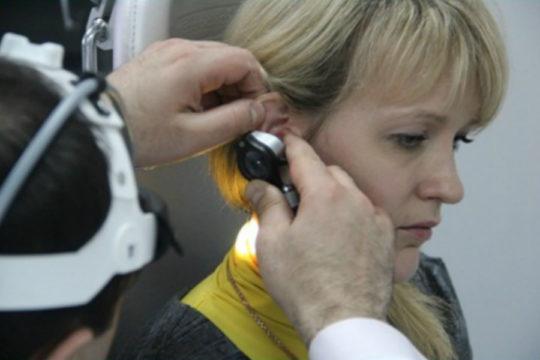 ЛОР с помощью отоскопа сможет подтвердить диагноз перфорации перепонки