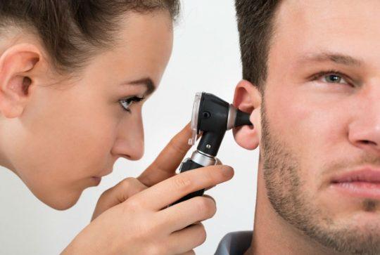 Лечение свиста в ушах начинается с посещения отоларинголога