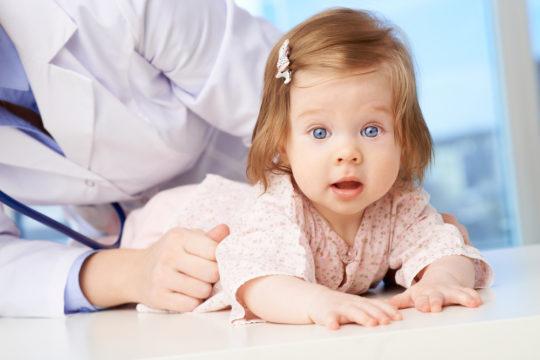 Необходимо осмотреть ребенка у ЛОРа при подозрении на наличие инородного тела в ухе