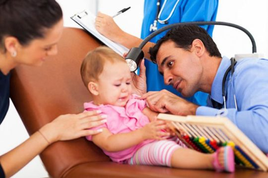 Осмотр ребенка начинается с посещения педиатра