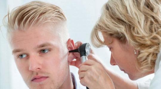 ЛОР на приеме определит причину заложенности и шума в ушах