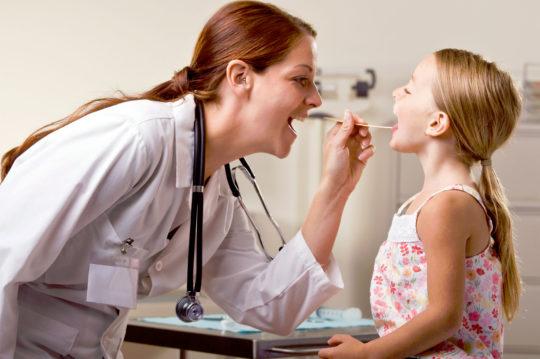 При болях в горле необходим тщательный осмотр врачом