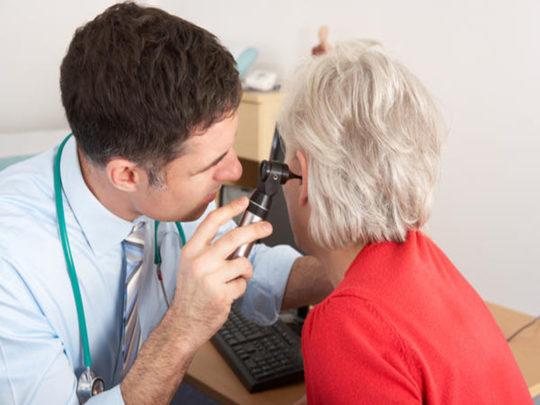 С помощью отоскопии ЛОР поставит диагноз