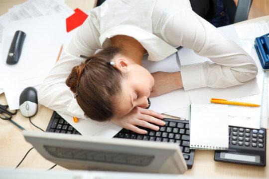 При свисте в ушах может чувствоваться усталость и сонливость
