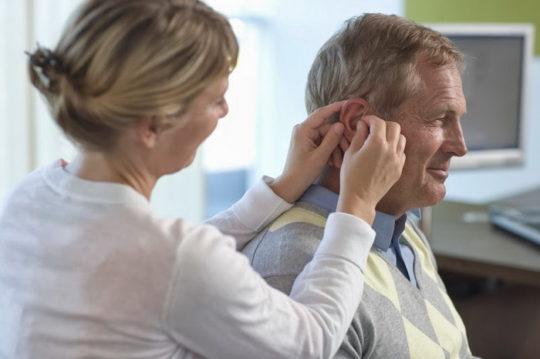 Возрастные изменения в ушах приводят к возникновению шумов