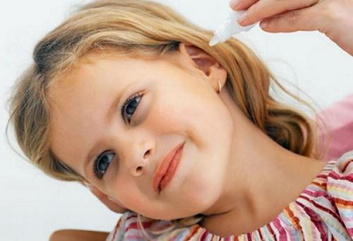 Перед закапыванием ушка борной кислотой, ее необходимо слегка подогреть