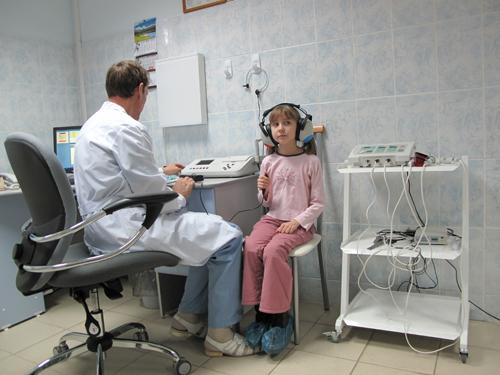 Чтобы установить причину шума в ухе, проводится полное обследование