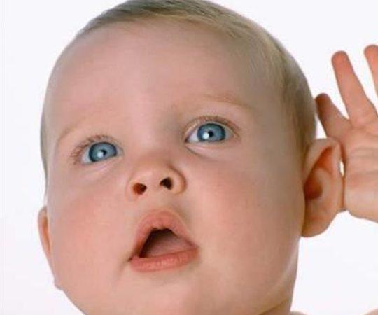 Ребенок начинает различать свое имя с 3-6 месяцев