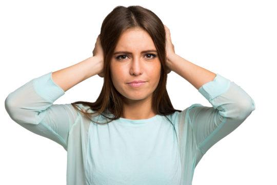 Заложенность ушей - один из симптомов начинающейся тугоухости