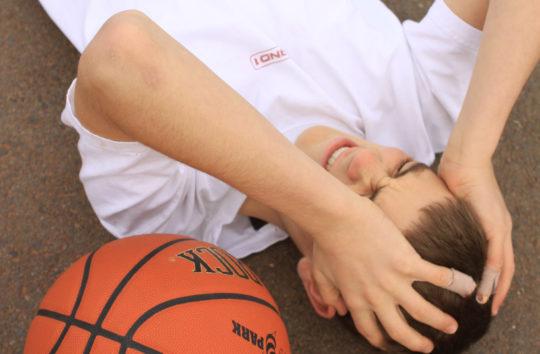 При падении и получении травмы уха необходимо проверить отсутствие сотрясения мозга