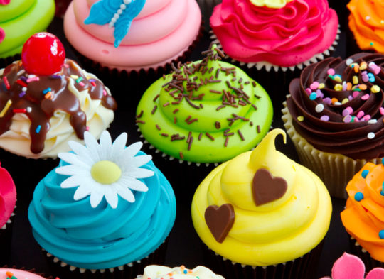Переизбыток сладкого в рационе - одна из многих причин появления прыщей