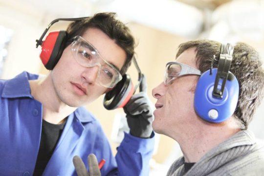 Высокий уровень шума на производстве может привести к тугоухости
