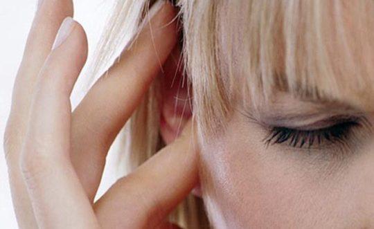 Заложенность уха может вызвать серная пробка