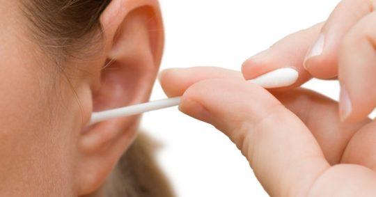 Используйте ватные палочки для чистки ушей как можно реже