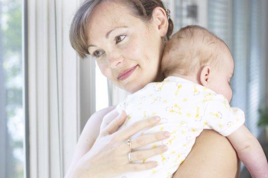 У грудничков может наблюдаться кислый зловонный запах из-за затекания рвотных масс