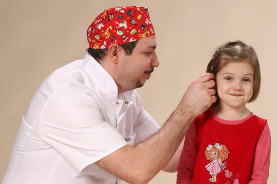 Если мочка уха воспалена, необходимо обратиться к хирургу
