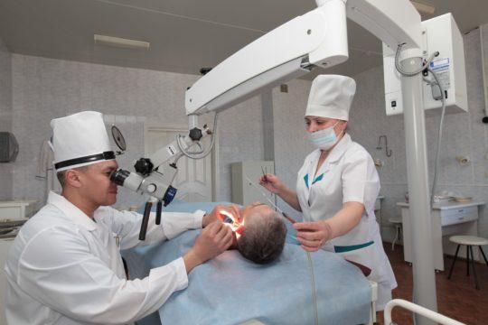То ухо, которое сильнее затронуто отосклерозом, оперируется первым