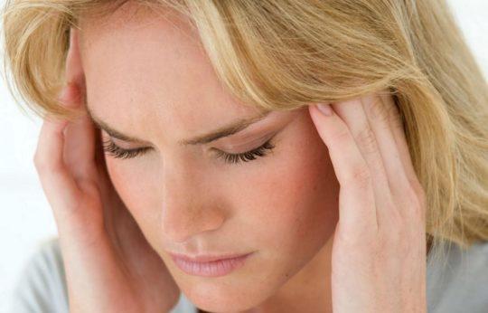 Боль при перихондрите может отдавать в область висков и шеи, а также затылок