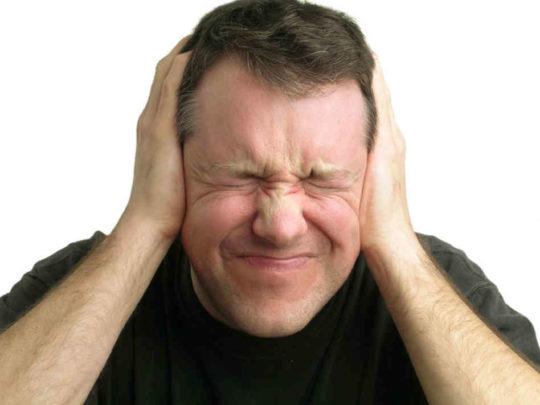 Если гной в жировике активно разрастается на соседние ткани, существует риск развития отита