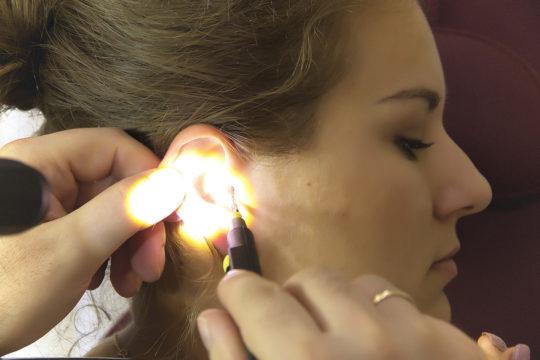 Чтобы не травмировать ухо при извлечении ваты, лучше обратиться к ЛОРу