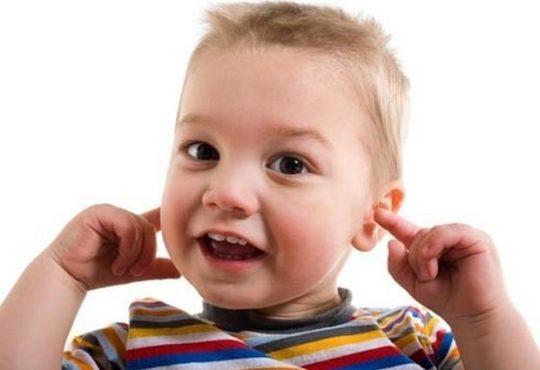 Как правильно чистить детские уши?