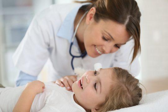 При интенсивных симптомах отита вызовите педиатра на дом
