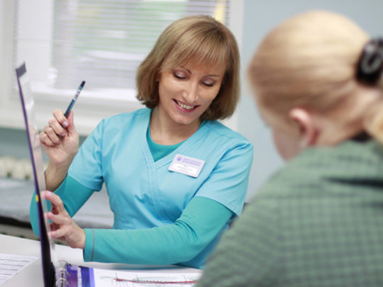 Врач после сбора анамнеза назначает пациенту терапию и объясняет, что необходимо делать для устранения заложенности ушей