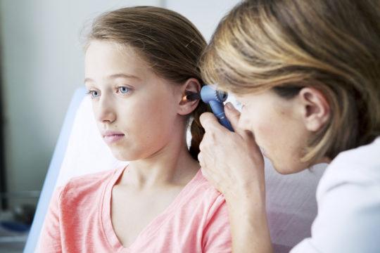 При подозрении на отит у ребенка обязательно обратитесь к отоларингологу