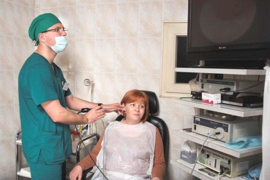 При затяжном лечении отита постоянный контроль у ЛОРа необходим