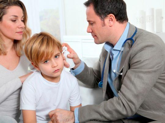 Препараты и терапию при отите у ребенка назначает врач