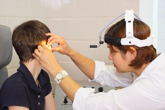 Поиск причины шума в ушах начинается с посещения ЛОРа