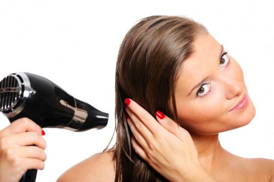 Нельзя направлять струю горячего воздуха в уши