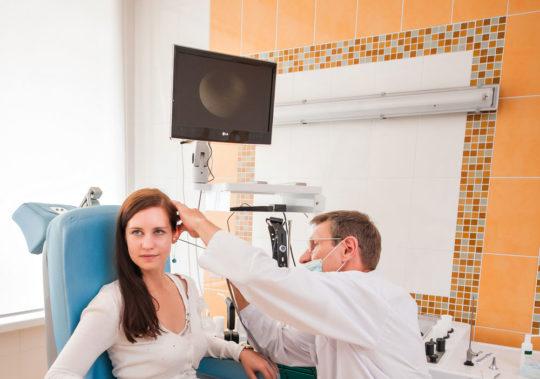 Осмотр отоларингологом уха пациента