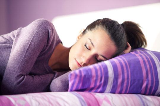 Для ускорения процесса отведения гноя некоторое время рекомендуется спать на стороне больного уха